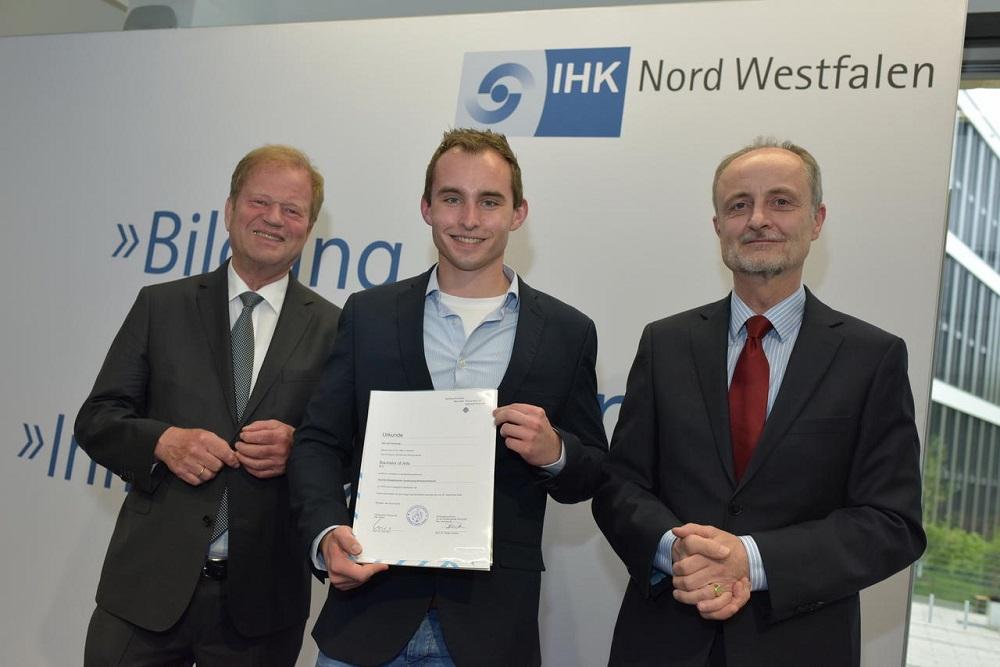 Verleihung der B.A.-Urkunde an Jan Kerkering